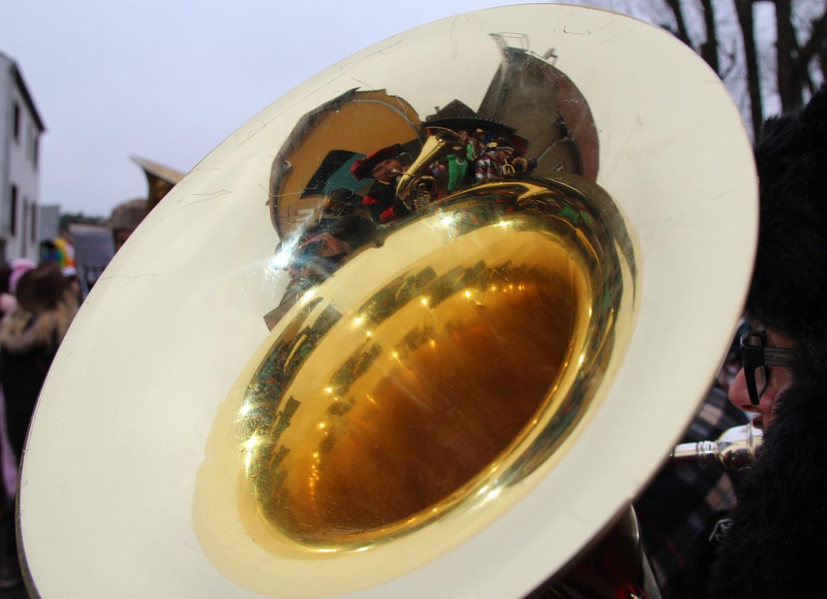 Tuba auf dem Rücken des kleinen Bären